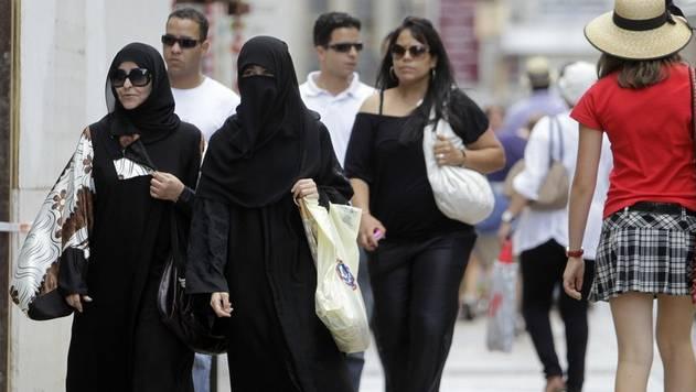 Bald im ganzen Land verboten? Burkaträgerinnen in Genf. (Symbolbild)