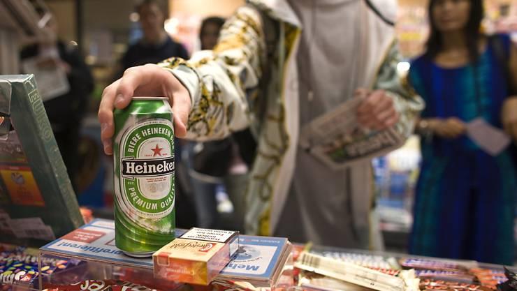 Bei Alkohol-Testkäufen zeigte sich, dass mehr als die Hälfte, rund 55 Prozent der Betriebe, sich nicht an die Bestimmungen hielten. (Symbolbild)