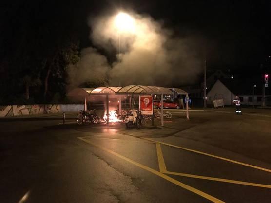 Gemäss Aussagen der Drittperson entfernte sich kurz vor dem Brandausbruch eine unbekannte Person vom Fahrradunterstand in Richtung Kreisverkehr bei der Baslerstrasse.