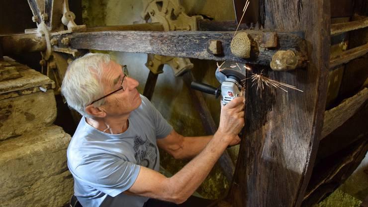 Albert Wey, der Kurator des Ortsmuseums Birmensdorf, löst 150 Jahre alte Nieten, um mit der Sanierung des Wasserrades starten zu können.