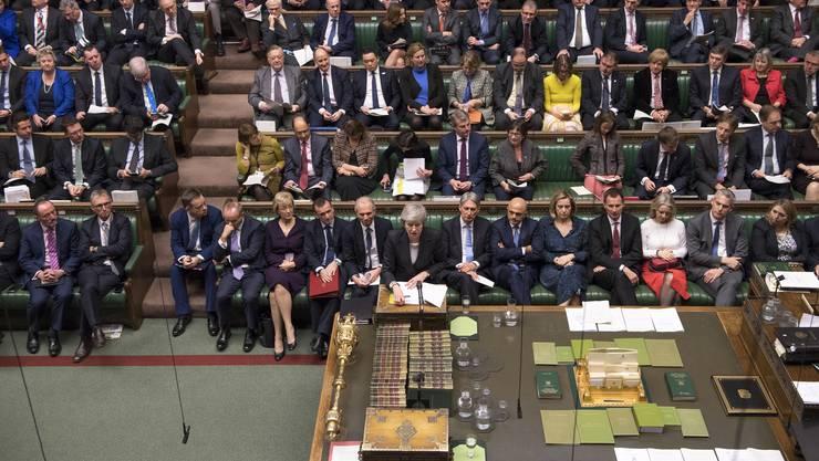 Theresa May spricht im britischen Unterhaus: Neben ihr liegt die Mace.