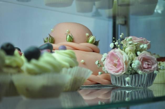 Linda Gutknecht verkauft Cupcakes in stilvoller Umgebung