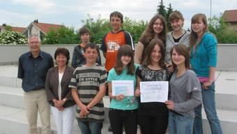 Die Klasse 2b freut sich mit Lehrer Paul Schneider und Pia Schnetzler, Ortsvertreterin der Lungenliga in Laufenburg