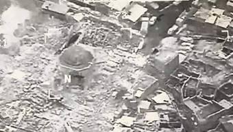 Eine Aufnahme aus der Luft über Mossul soll die grosse Moschee zeigen, deren Minarett der IS offenbar gesprengt hat.