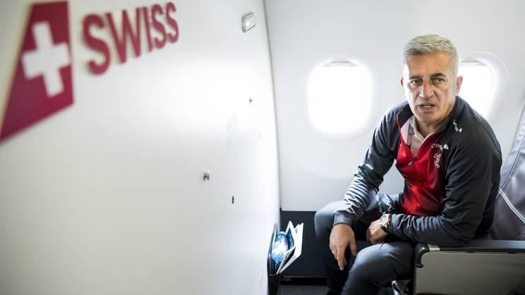 Der Chef in der Business-Class: Trainer Vladimir Petkovic sitzt in der ersten Reihe.
