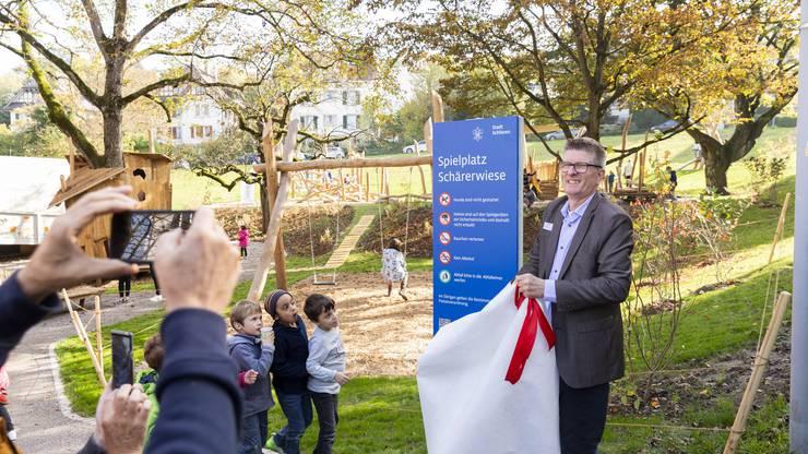 Mit dem Auspacken der Informationsstele vollendete Stadtrat Andreas Kriesi (GLP) die Einweihung des Spielplatzes.
