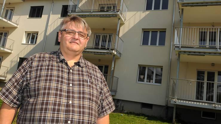 Aarburger Gemeindeammann Hans-Ulrich Schär vor der geplanten Asylunterkunft.
