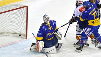 Der Davoser Torhüter Gilles Senn kassiert Sekunden vor dem Abpfiff den entscheidenen Treffer zur 3:4 Niederlage.