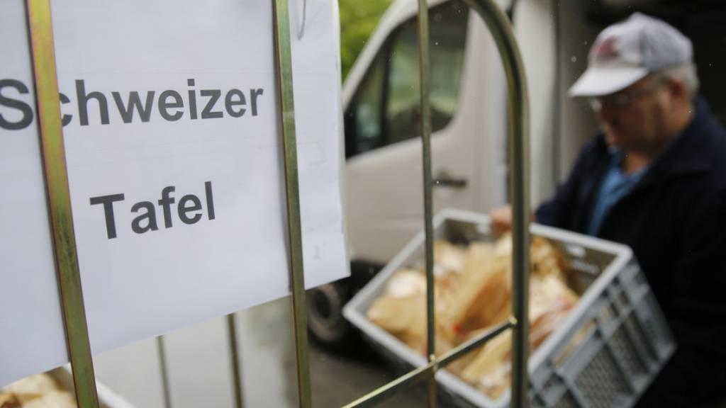 Die Schweizer Tafel sammelt Lebensmittel von 450 Filialen der Grossverteiler und bringt sie zu 500 sozialen Institutionen. (Archivbild)