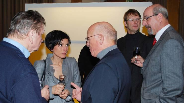 Nationalrätin Pascale Bruderer unterhält sich mit Gästen, im Hintergrund SP-Grossrat Thomas Leitch (links) und der ehemalige FDP-Einwohnerratspräsident Koni Gfeller. ES