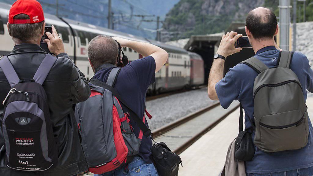 Der Mitte Dezember 2016 eröffnete Gotthard-Basistunnel lockte die Zugpassagiere in Scharen an. Das Jahrhundertbauwerk verkürzte die Reisezeit zwischen dem Tessin und der Deutschschweiz um rund 30 Minuten. (Archivbild)