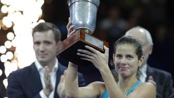 epa06280105 Julia Görges stemmt den Pokal