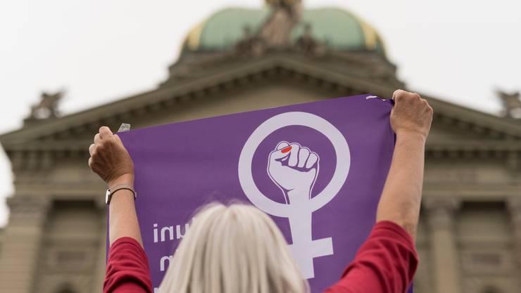 Eine Frau protestiert Mitte Juni am Frauenstreik vor dem Bundeshaus in Bern (Bild: Keystone).