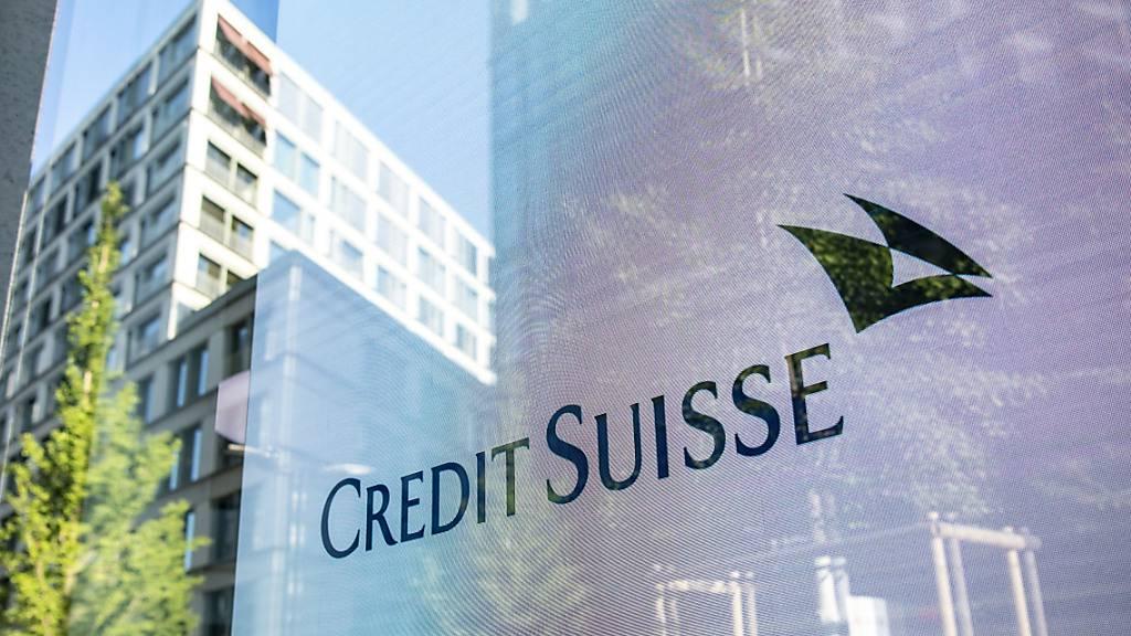Die Credit Suisse lotet Insidern zufolge einen tiefgreifenden Umbau aus. Angesichts des tiefen Börsenwertes befürchte die CS-Spitze, dass die Bank ins Visier eines aktivistischen Investors oder eines zukaufshungrigen Konkurrenten geraten könnte. (Archivbild)