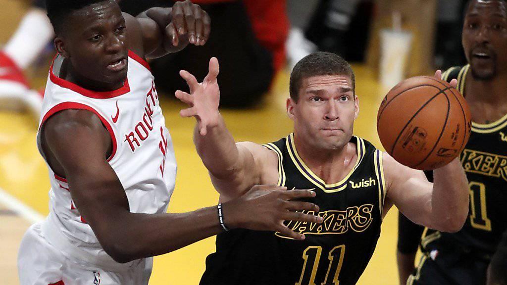 Clint Capela (links) wehrt sich gleich gegen Brook Lopez von den Los Angeles Lakers