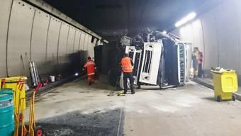 Der Lastwagen ist in den Kleinbus gefahren und anschliessend gegen die Tunnelwand gekracht.