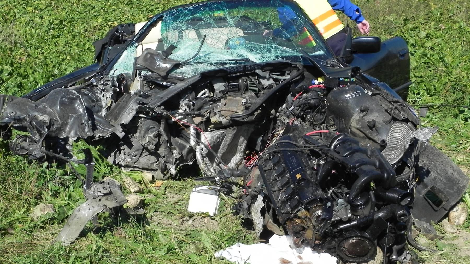 Der Autofahrer musste nach dem Unfall von der Feuerwehr aus dem Auto befreit werden.