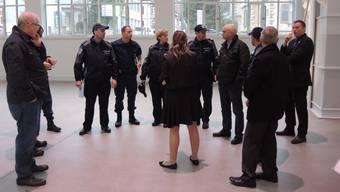 Kantonspolizei und Stadtpolizei erkunden den Ort des Auftritts des türkischen Ministerpräsidenten. -RR-