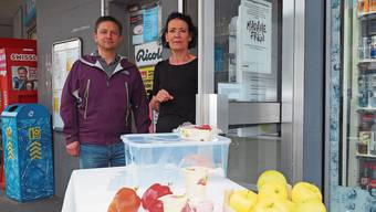 Béa Bieber und Michael Sailer an der Foodsharing-Station.