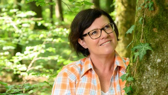 In Gallenkirch schöpft Agatha Baumgartner regelmässig im Wald Energie. Bild: Alex Spichale (18. Juni 2019)