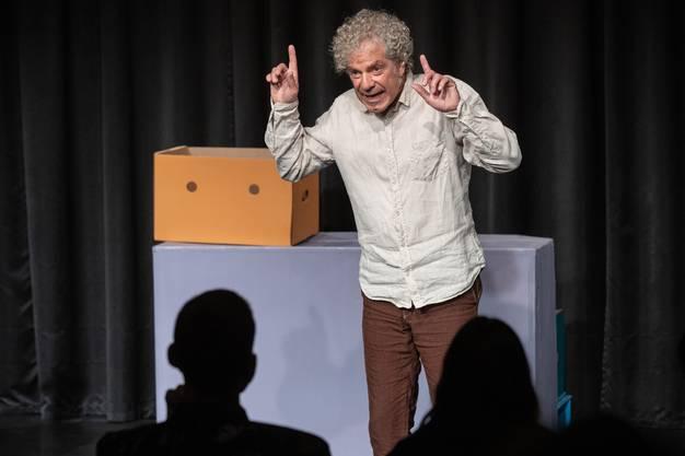 Christoph Schwager an der Aufführung seines Erzählstückes «Dios mio, mehr Gold!».