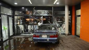 Im Einkaufscenter Gartenstadt kam zu einem Selbstunfall. Ein Fahrzeuglenker fuhr in die Eingangstüre eines Kleidergeschäfts.