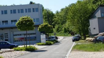 Der Malerbetrieb Thomas Müller AG (links) wurde in jüngster Vergangenheit öfter durch vom Berg herabströmendes Wasser geschädigt. ach