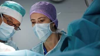 Immer mehr Ärzte lassen in ihrem OP-Saal Musik laufen.