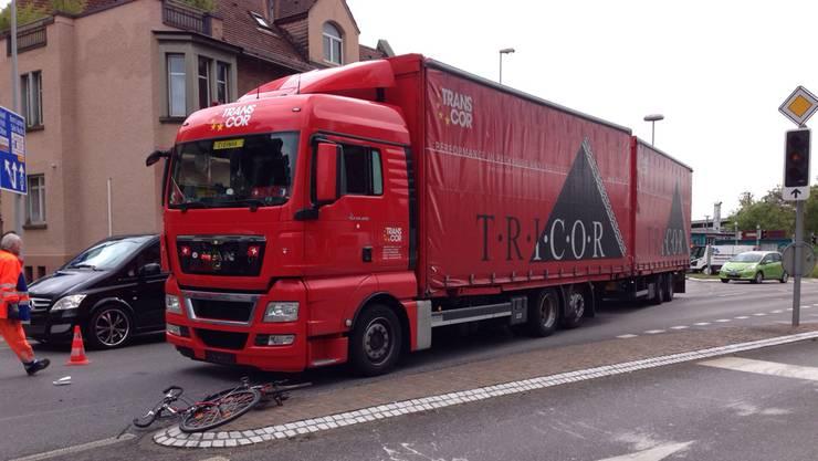 Der Lastwagenfahrer übersah ein Velofahrer