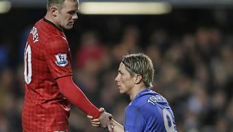 Rooney (ManU, links) hilft Torres (Chelsea) auf die Beine