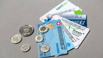 Die Prämienlast belastet das Portemonnaie von Herrn und Frau Schweizer.