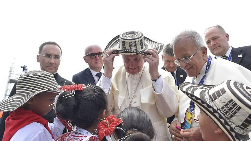 Papst Franziskus wird am Flughafen von Cartagena in Kolumbien von Kindern begrüsst.