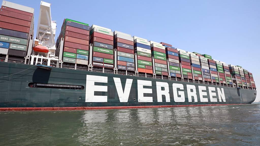 Fünf Monate nach der Blockade des Suezkanals hat die «Ever Given» diesmal die Durchfahrt durch die Wasserstrasse ohne Zwischenfälle geschafft. (Archivbild)