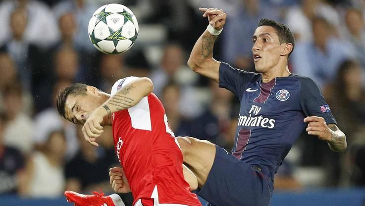 Wenn er spielt, schreckt er vor keinem Zweikampf zurück: Granit Xhaka im Duell mit PSG-Akteur Di María.