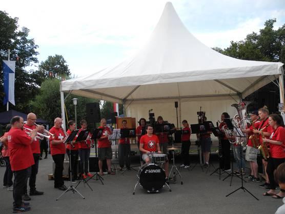 """Die Harmonie Urdorf sorgte für musikalische Einstimmungen. Unter anderem spielten sie das weltbekannte Lied """"My heart will go on"""" von Céline Dion."""