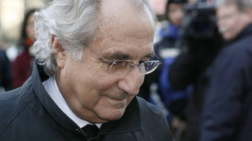 Bernie Madoff im Jahr 2009 vor einem Prozess in New York. Der Finanzbetrüger hat auch verschiedene Vermögensverwalter in die Bredouille gebracht. Einer steht derzeit in Genf vor Gericht.
