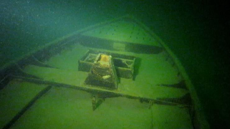 Im trüben Wasser des Zürichsees hat ein Motorschiff seine letzte Ruhestätte gefunden. Geborgen wird das Boot vermutlich nicht.