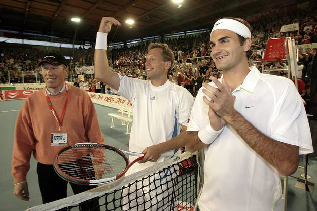 Sind sich auch schon auf dem Tennis-Court begegnet: Pirmin Zurbriggen (l.) als Schiedsrichter mit Roger Federer (r.) und Yves Allegro (m.)