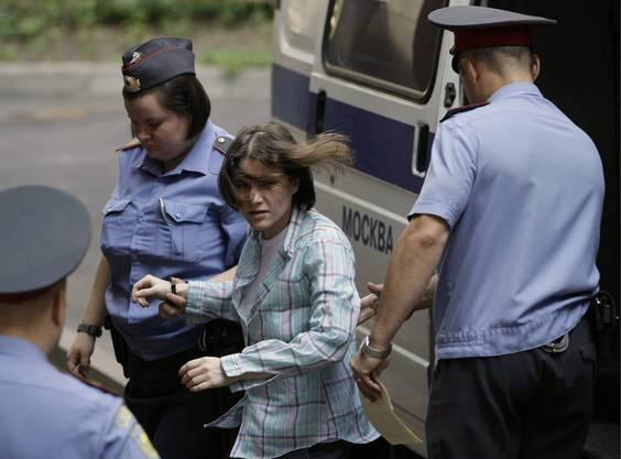 und Nadezhda Tolokonnikova werden zum Gerichtssaal eskortiert.