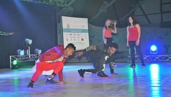 Jugendliche, die im «Sternen» wohnen, begeistern mit Streetdance-Künsten.