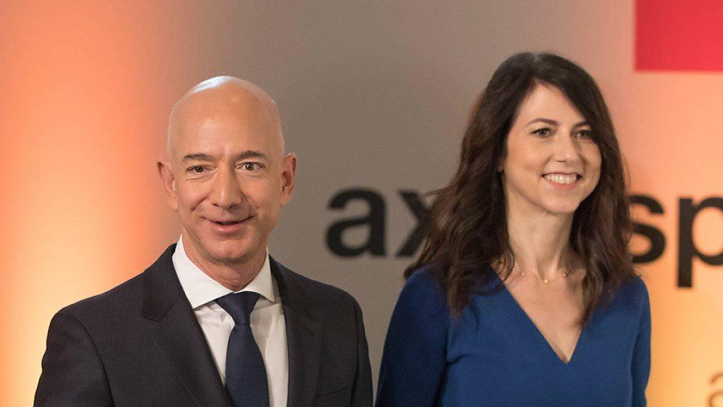MacKenzie Bezos (rechts) hier im Bild mit ihrem Ex-Mann, Amazon-Chef Jeff Bezos, will nach ihrer Scheidung mindestens die Hälfte ihres Milliardenvermögens spenden. Jeff und MacKenzie Bezos hatten im Januar angekündigt, sich nach 25 Ehejahren scheiden zu lassen. (Archivbild)