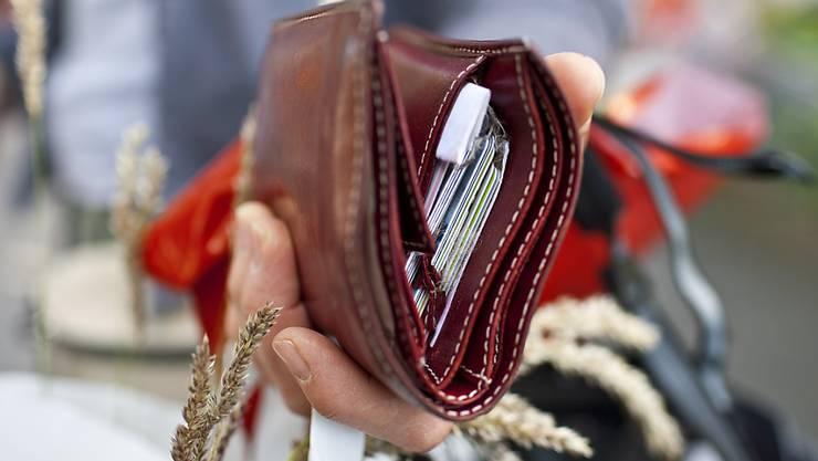 Es gibt zwar mehr Kreditkarten, doch Konsumenten bevorzugen für Barzahlungen Münzen oder Papier. (Symbol).