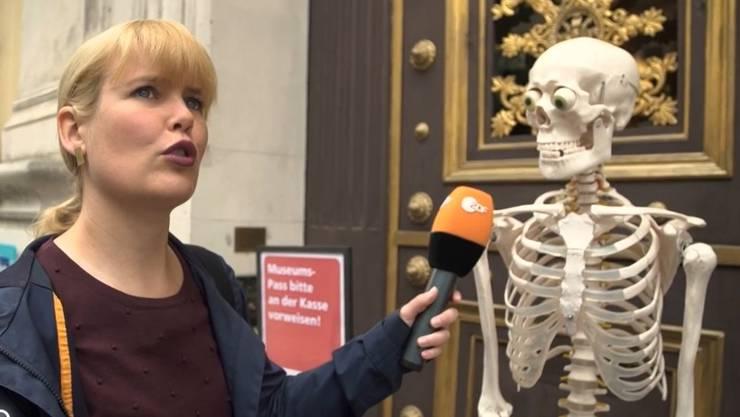 Tipp1: Reporterin Marina Wenk besucht das Naturhistorische Museum - und spricht mit einem Skelett. Dieses lässt sie wissen, dass das Museum erst um 10 öffnet. Guter Tipp. Dann also beim nächsten Mal.