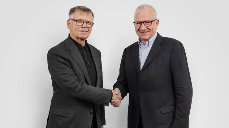 Historischer Handschlag: AZ-Verleger Peter Wanner und NZZ-VR-Präsident Etienne Jornod.