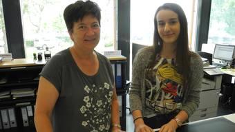 Berufsbildnerin Astrid Romer (links) und Lehrtochter Areta Duraku (rechts) am Schalter der Stadtverwaltung Schlieren.