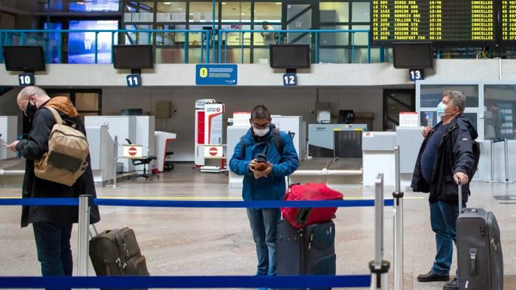 ARCHIV - Passagiere in einer Schlange im Internationalen Flughafen von Vilnius. Foto: Mindaugas Kulbis/AP/dpa