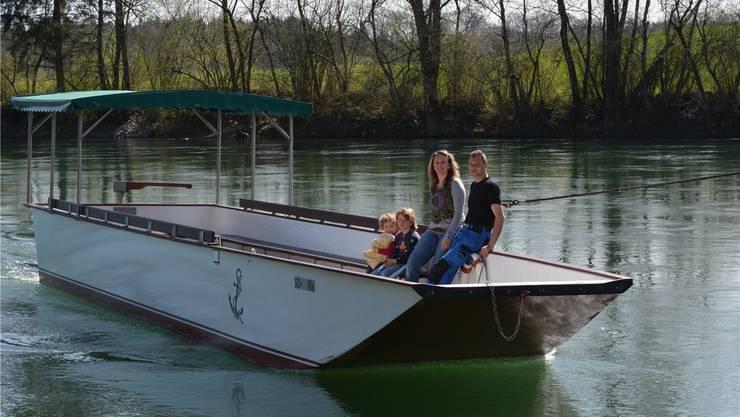 Nicole Ackermann mit ihren Kindern Silas und Celine und ihrem Bruder Iwan Ackermann auf dem neuen Boot.