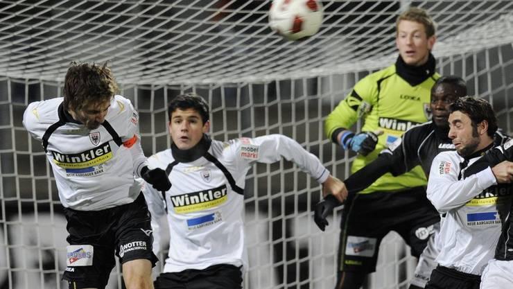Luganos Guilherme Afonso, 2. v. rechts, vor dem Aarauer Goalie Sascha Studer, 3. v. rechts, umgeben von den Aarauern Sandro Burki, Loris Benito und Giuseppe Rapisarda, von links nach rechts.