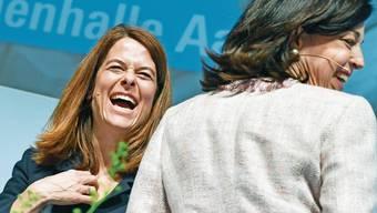 FDP-Präsidentin Petra Gössi (links) mit der Zürcher Nationalrätin Regine Sauter an der Delegiertenversammlung.