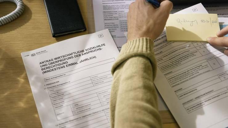 Das Sozialhilfesystem der Schweiz scheint stabil. Nach neuesten Zahlen des Bundesamts für Statistik haben die Belastungen für Bund, Kantone und Gemeinden 2018 nur minim zugenommen. In einigen Bereichen gingen die Leistungen sogar leicht zurück, etwa im Asyl- und Flüchtlingsbereich. (Symbolbild)